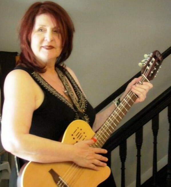 deborah-godin-guitar
